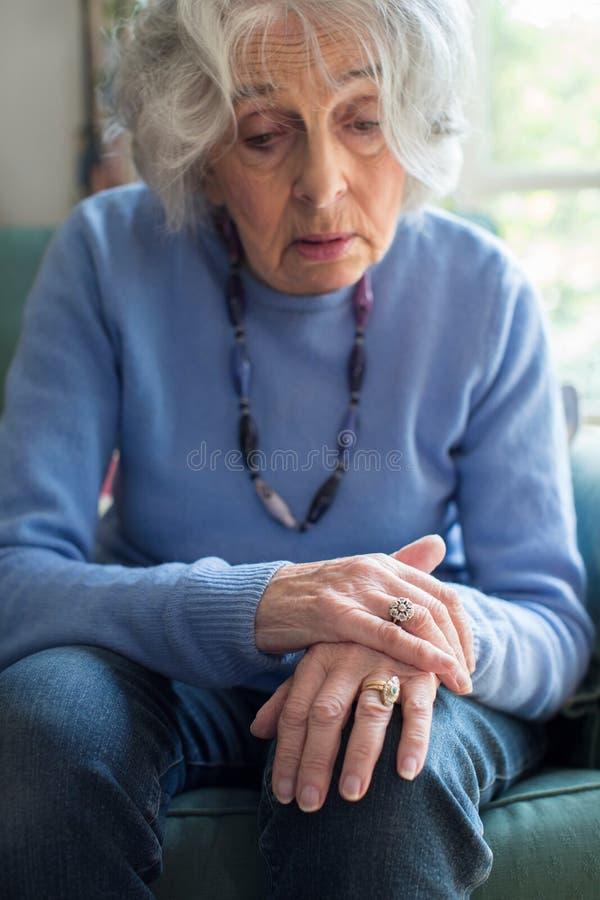 遭受与Parkinsons Diesease的资深妇女 图库摄影