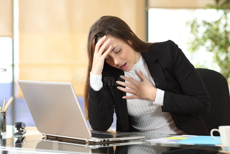遭受优虑攻击的担心的女实业家 免版税库存图片