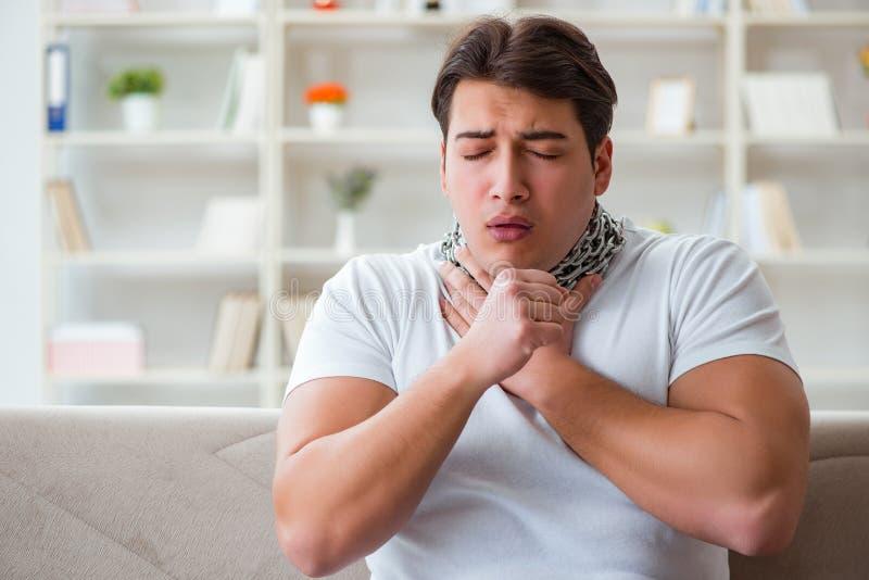 遭受喉咙痛的年轻人 库存图片