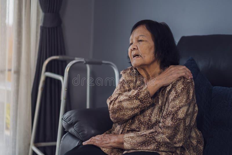 遭受在肩膀痛苦中的资深妇女 图库摄影