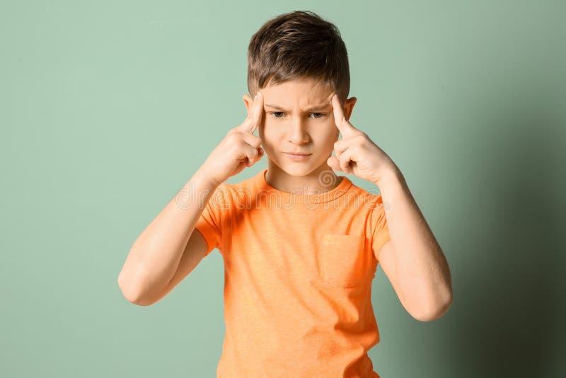 遭受头疼的小男孩 库存图片