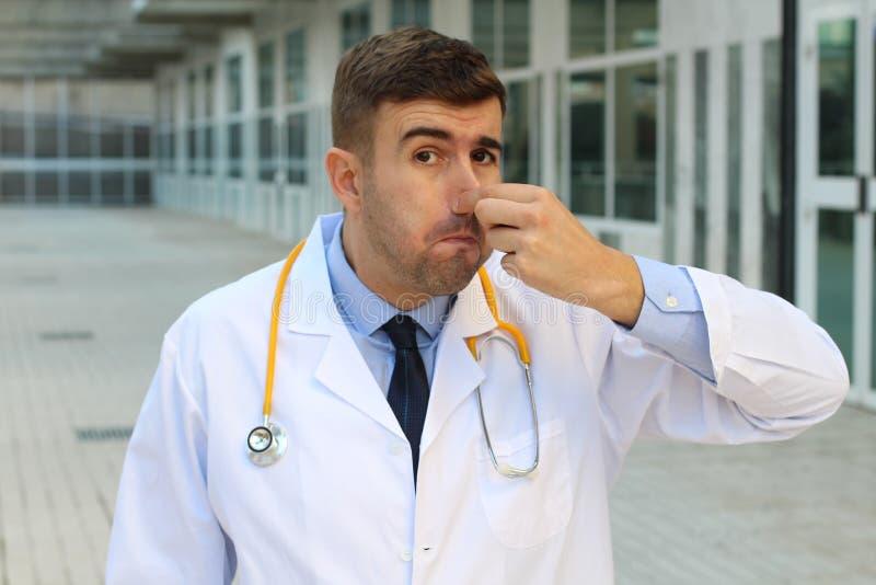 遭受气味的医生在医院 库存照片