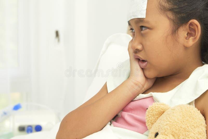 遭受牙痛的哀伤的小女孩 免版税库存照片