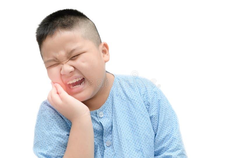 遭受牙痛的肥胖亚裔肥胖男孩被隔绝 免版税库存照片