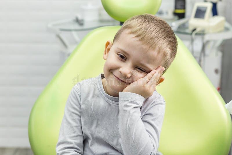 遭受牙痛-牙齿问题的小男孩 库存照片