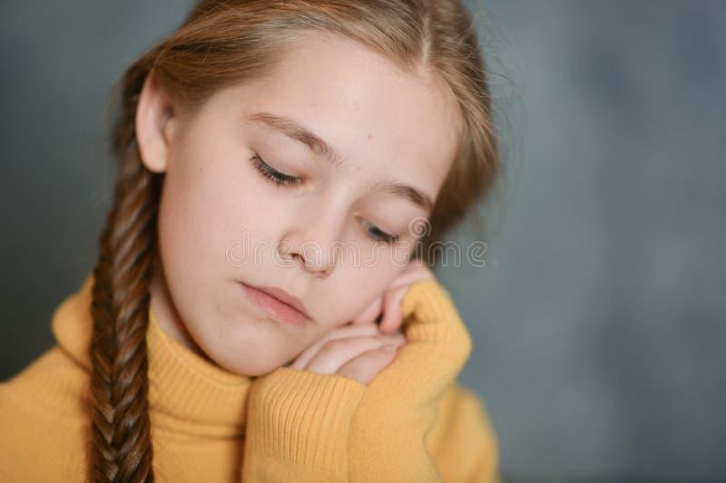 遭受病症的逗人喜爱的哀伤的病的女孩画象  免版税库存照片