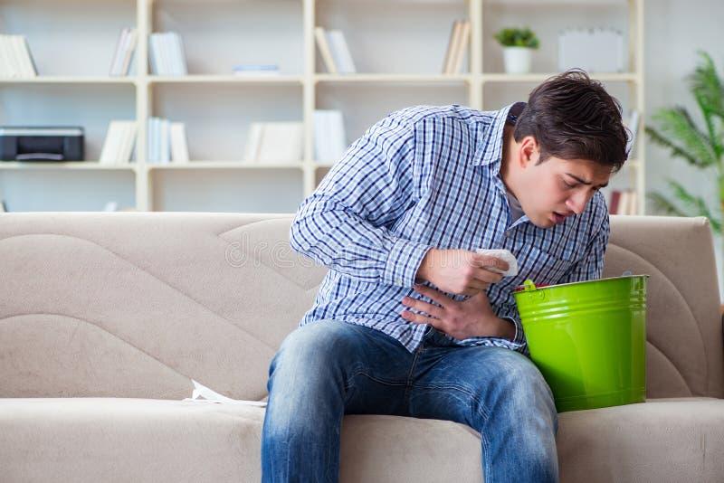 遭受病的胃和呕吐的人 免版税库存图片