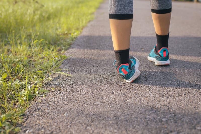 遭受痛苦脚腕的妇女扭伤在腿伤在体育锻炼跑的跑步和锻炼以后 免版税库存照片