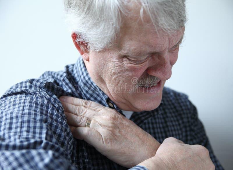 遭受肩膀痛苦的人 免版税库存图片