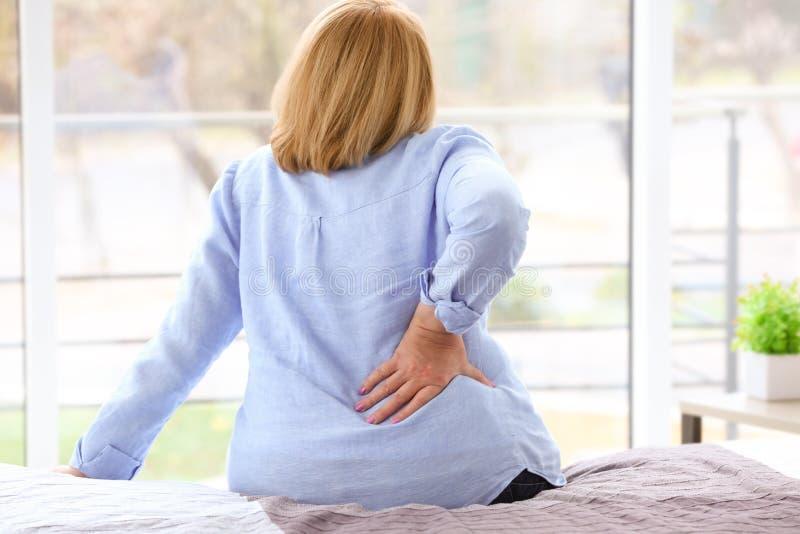 遭受腰疼的资深妇女 图库摄影