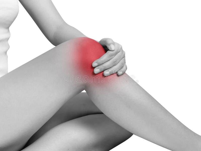 遭受膝盖痛苦,关节痛的妇女 单音口气聚焦 库存照片