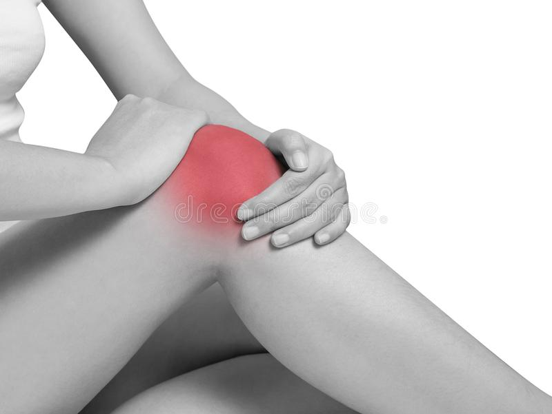 遭受膝盖痛苦,关节痛的妇女 单音口气聚焦 免版税库存照片