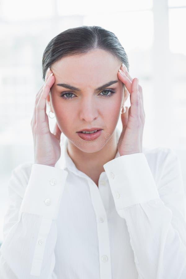 遭受头疼的典雅的女实业家 图库摄影