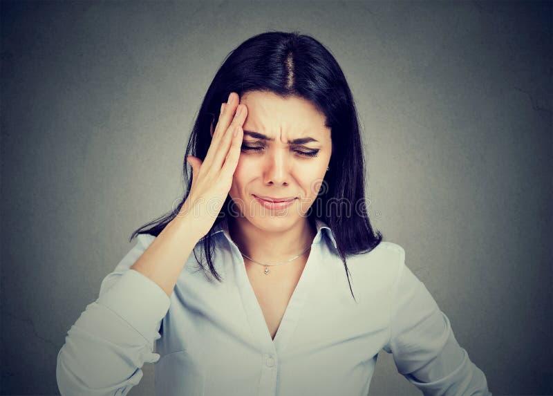 遭受头疼的少妇接触她的头用手 库存图片