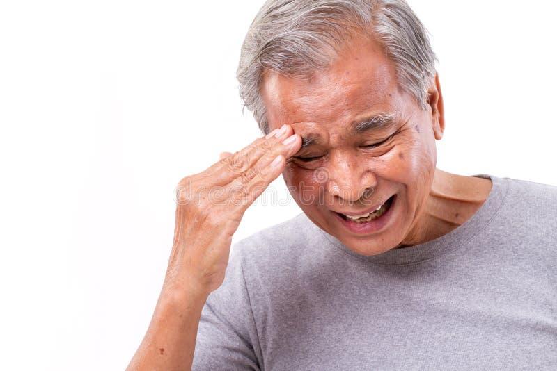 遭受头疼,重音,偏头痛的老人 库存图片