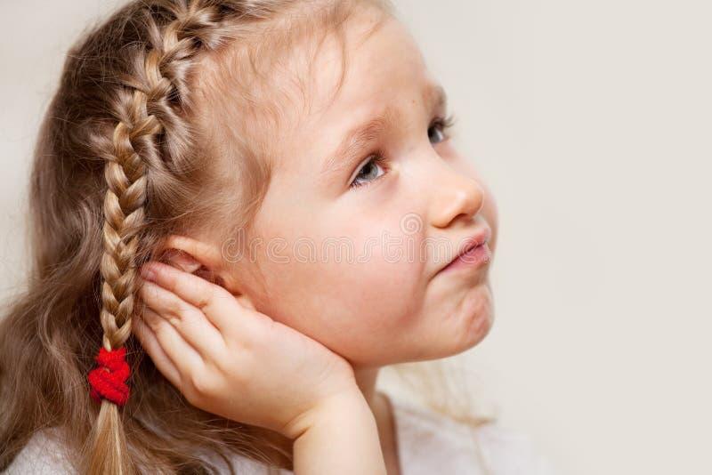 遭受otitis的小女孩 库存照片
