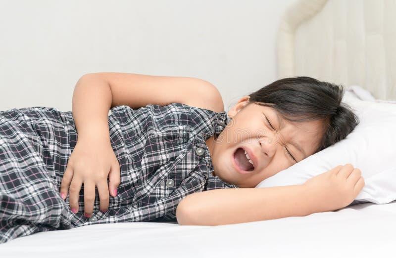 遭受stomachache的亚裔孩子 库存图片