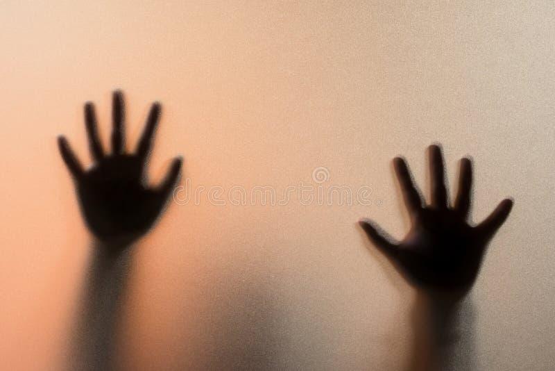 遮蔽人的迷离手在毛玻璃后的 模糊的手ab 免版税库存图片