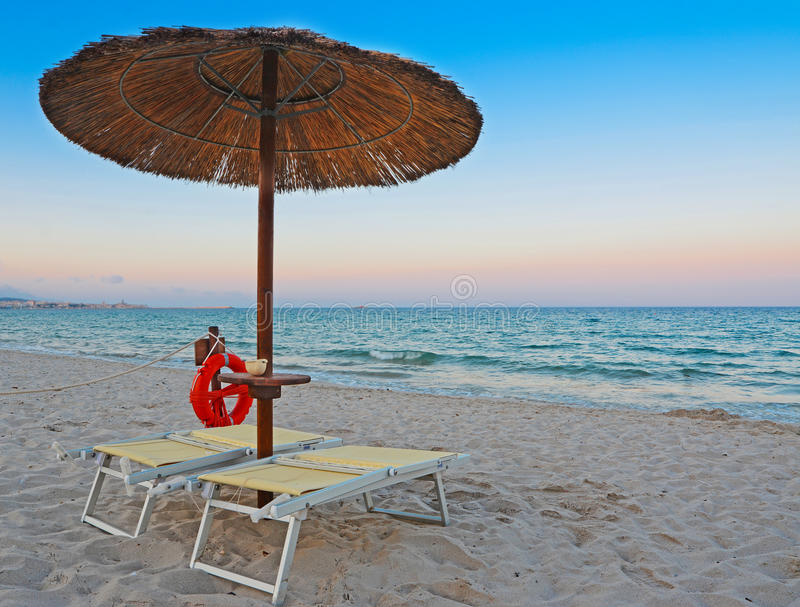 遮阳伞在黎明 免版税库存照片