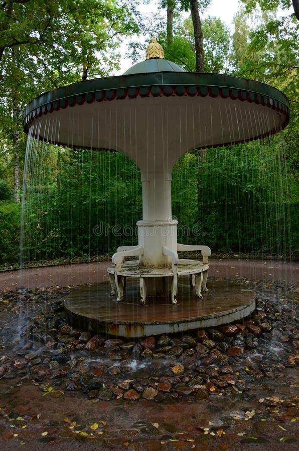 遮阳伞水特点-圣彼德堡地标 库存图片