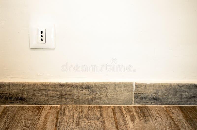 避开地板背景的意大利插座插口 免版税库存图片