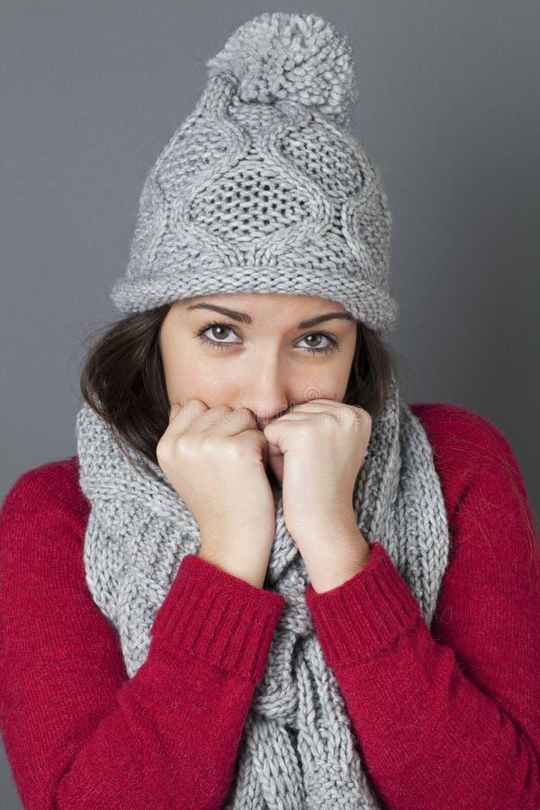 避开掩藏的女性少年在她轻松的冬天围巾 库存照片