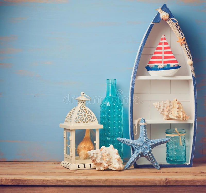 避暑山庄在木桌上的装饰对象 夏天内部背景 免版税库存照片