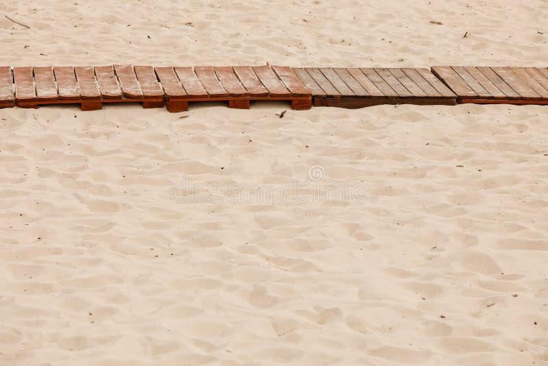 避暑胜地 在一个沙滩的木边路 免版税库存图片