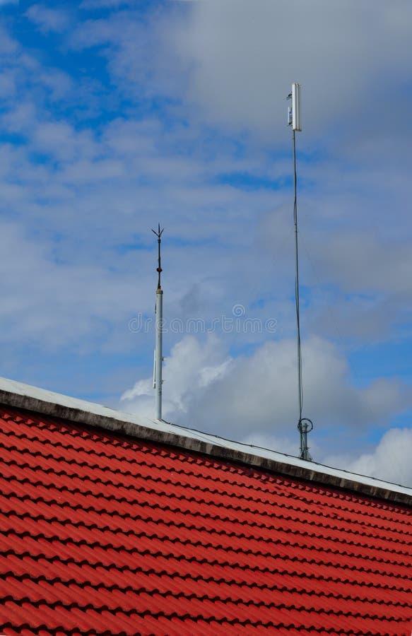 避雷针和白色颜色天线中继器塔 图库摄影