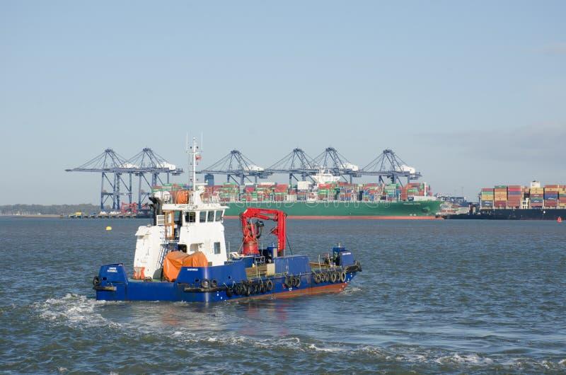 避风港犀鸟反空气污染的船在朝向对Flexistowe的Harwich港口 图库摄影