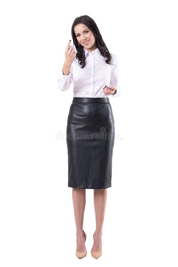 邀请愉快的友好的俏丽的年轻的女商人召唤和您有手指的 免版税库存照片