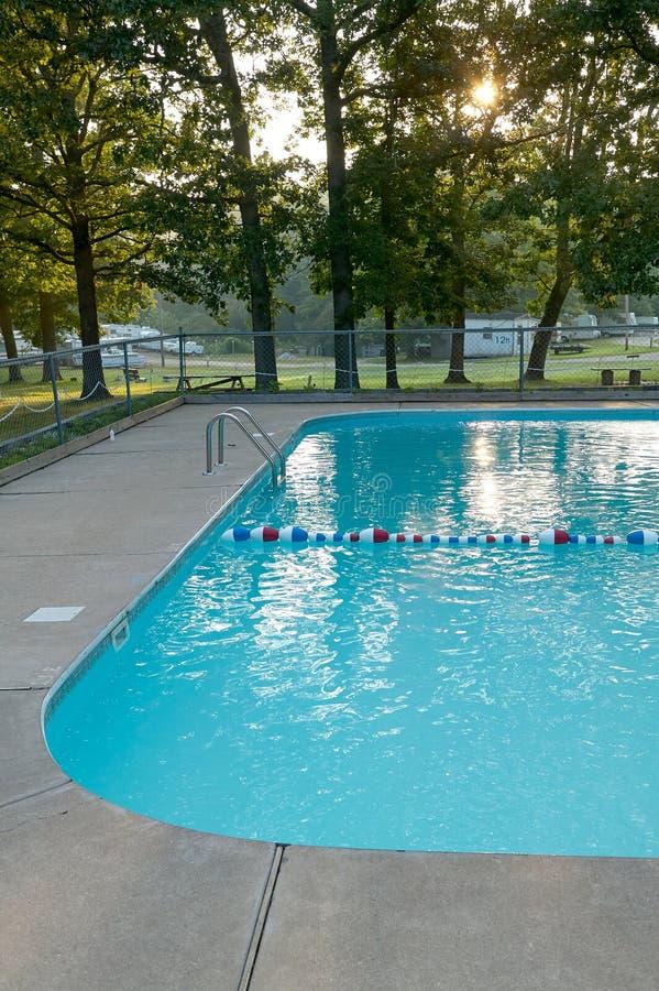 邀请的凉快的蓝色游泳池 库存图片