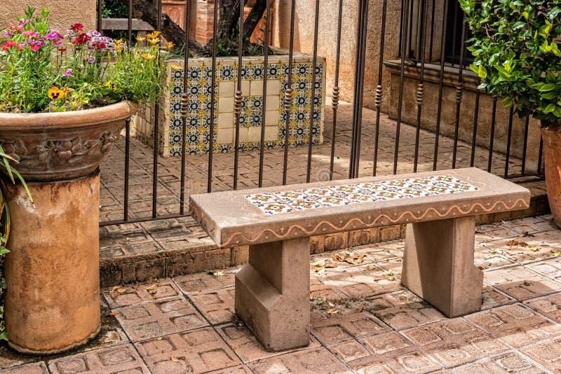 邀请的长凳, Tlaquepaque在Sedona,亚利桑那 免版税库存照片