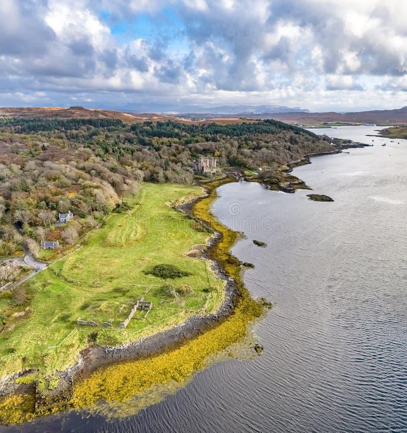 邓韦根城堡,斯凯小岛空中秋天视图  免版税库存图片
