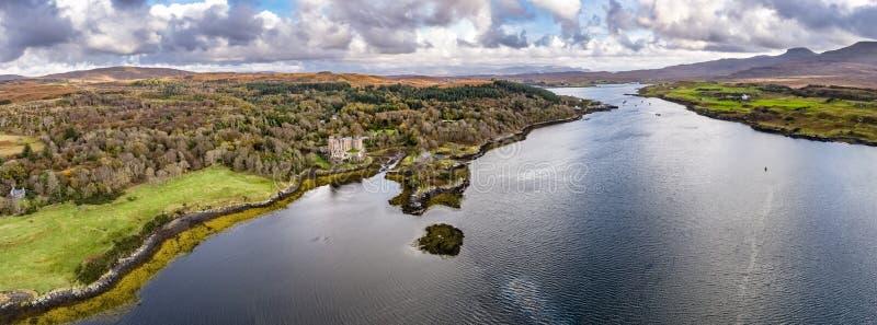 邓韦根城堡,斯凯小岛空中秋天视图  库存照片
