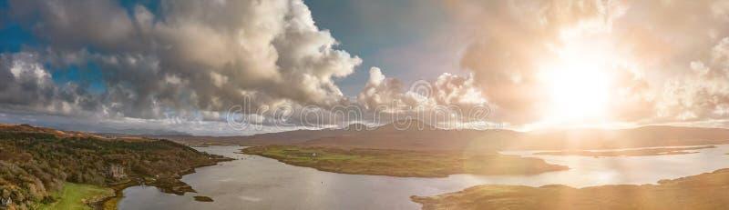 邓韦根城堡,斯凯小岛空中秋天视图  免版税库存照片