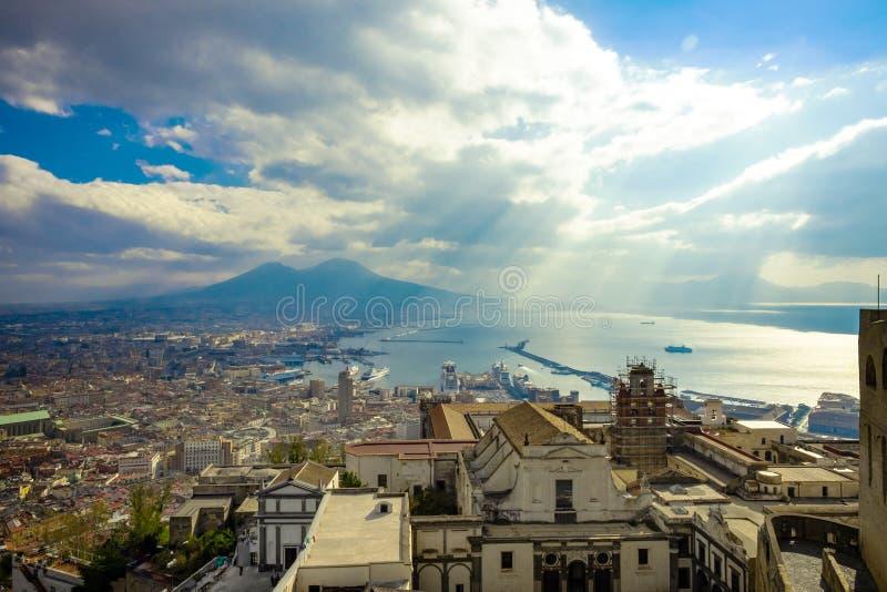 那不勒斯和维苏威火山在背景中在晴朗的阴天,意大利 库存图片