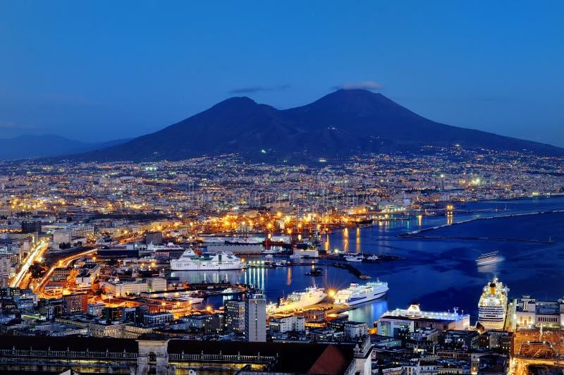 那不勒斯和维苏威全景在晚上,意大利 免版税库存照片