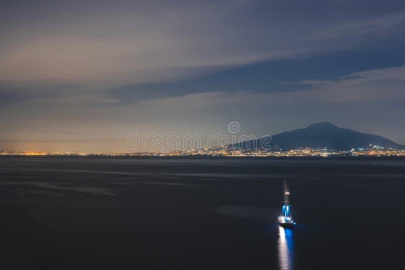 那不勒斯海湾的最佳的看法在夜之前 库存图片