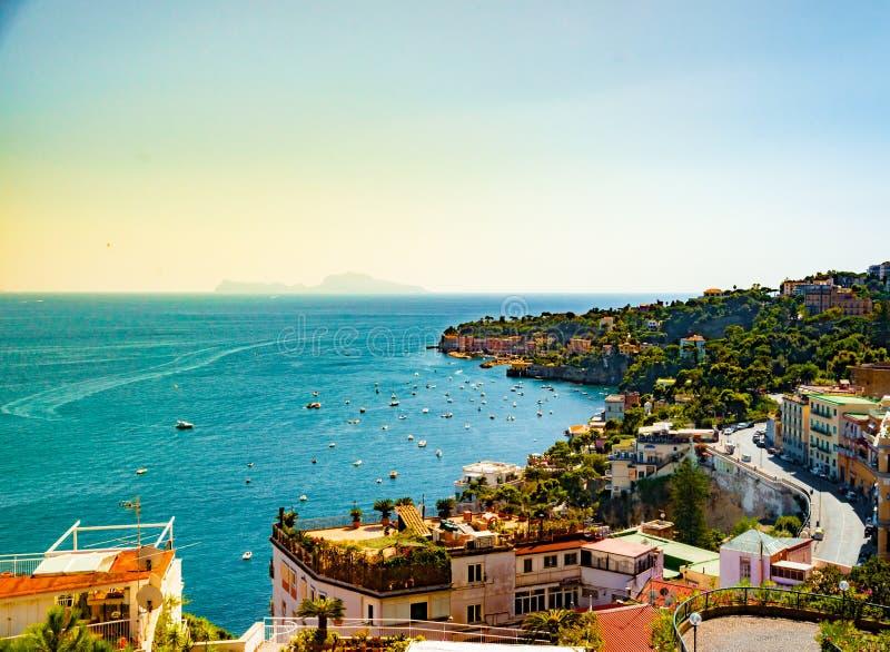 那不勒斯海湾风景视图,意大利 旅行与蓝色海的背景在晚上金黄光的图片