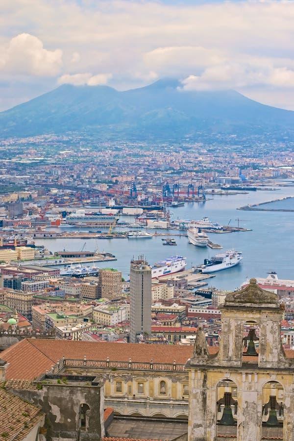 那不勒斯港口和维苏威火山 免版税库存图片