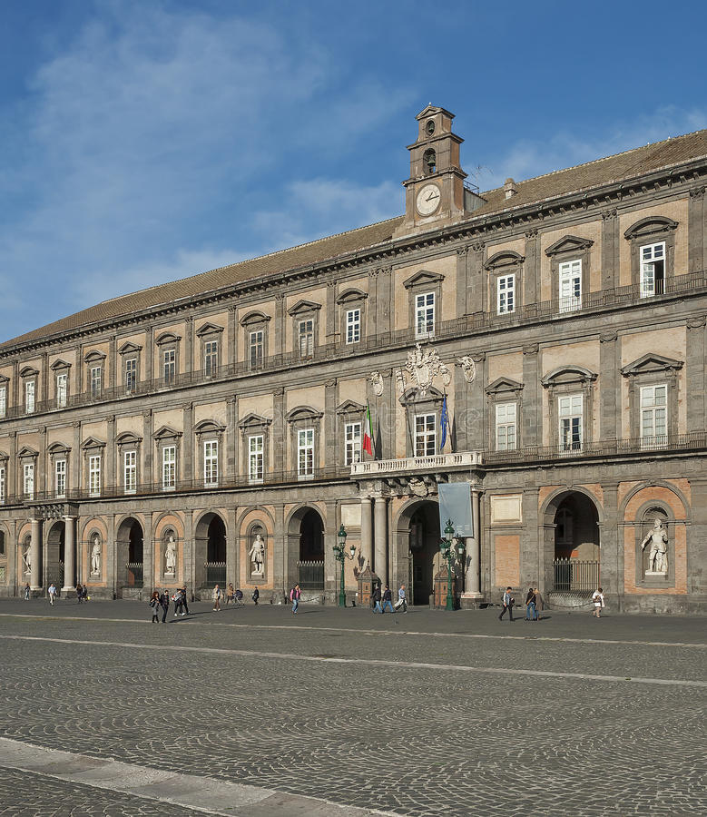 那不勒斯皇宫在意大利 免版税库存图片