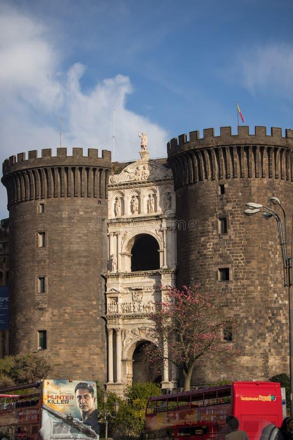 那不勒斯,意大利- 2018年11月04日, Castel Nuovo纽卡斯尔市以Maschio Angioino Angevin更著名保持和游览车 库存照片