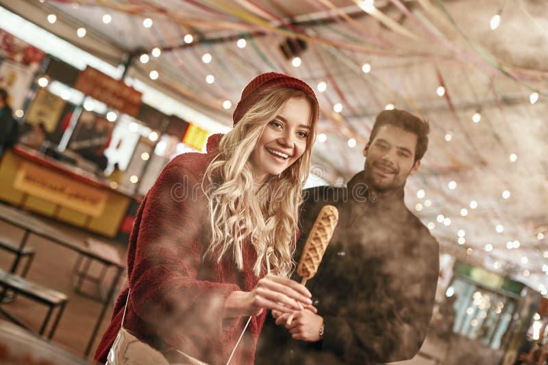 那么伟大的纤巧 年轻白肤金发的妇女看在面团的素食主义者香肠 库存照片