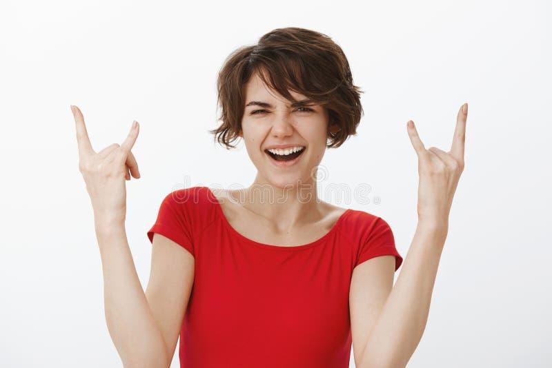那么凉快的坚硬摇滚n卷 获得快乐的厚脸皮的嬉戏的可爱的妇女跳舞的乐趣享受伟大令人敬畏的音乐节 免版税库存照片