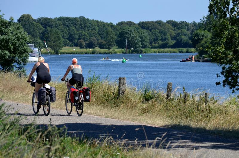 那么,荷兰- 06/30/2018 :旅游夫妇循环 库存照片