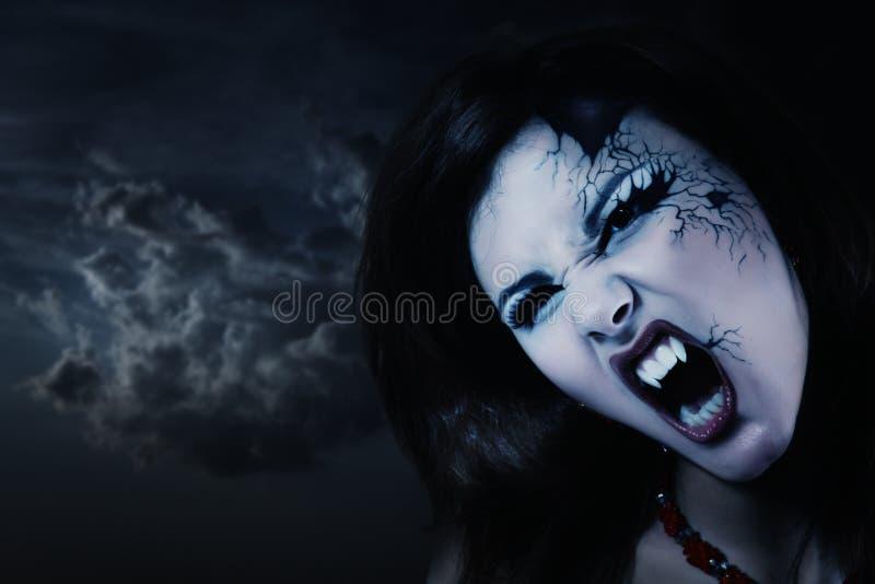 邪恶的吸血鬼妇女美好的万圣夜 免版税库存图片