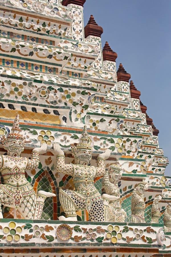 邪魔在黎明寺寺庙stupa的监护人雕象,在曼谷泰国 免版税图库摄影