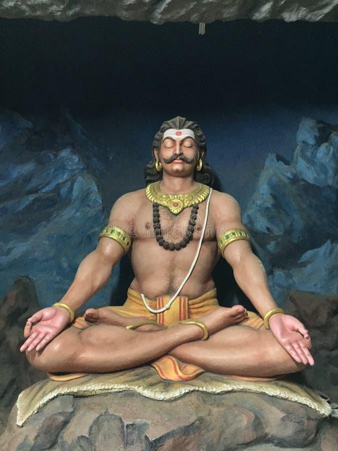 邪魔Ravana国王与实物大小一样的雕塑凝思姿势的 库存图片