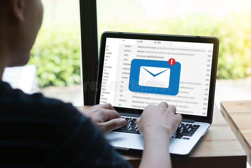 邮件通信对邮寄的连接消息与电话联系 免版税库存图片